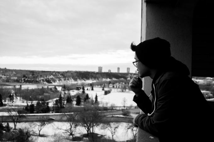 窓際で考える人
