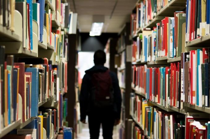 参考書がたくさん置いてる図書館