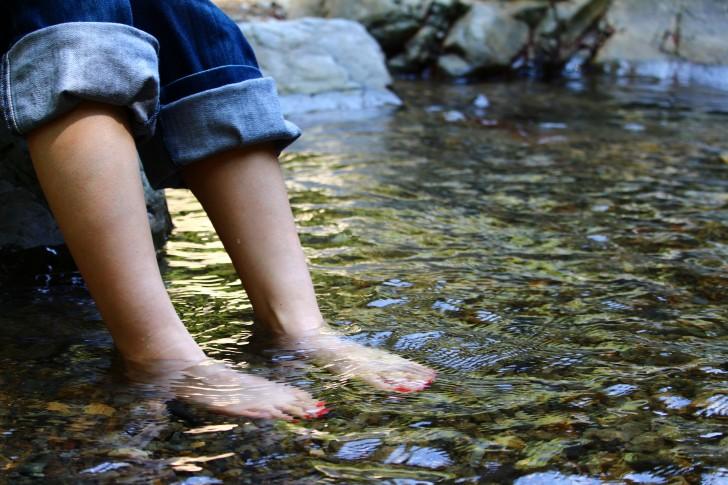 川で水遊び