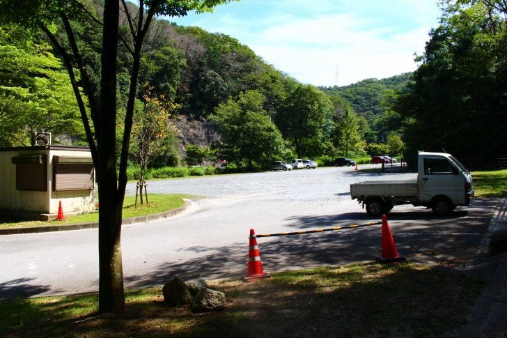 駐車場内(入口ゲート付近から奥へと撮影)