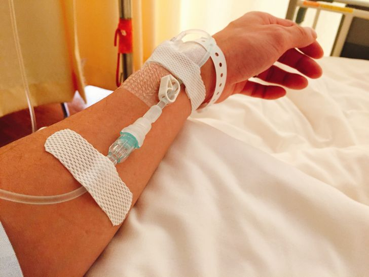 病室にいる時から、すでに針は腕に入っていました
