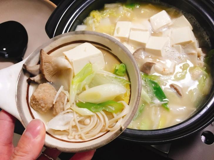 白みそ鶏鍋を盛った写真