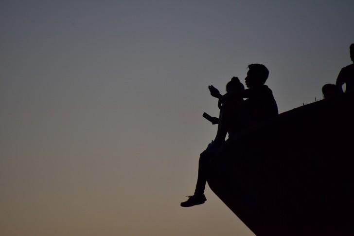 親子が向き合っている影の写真
