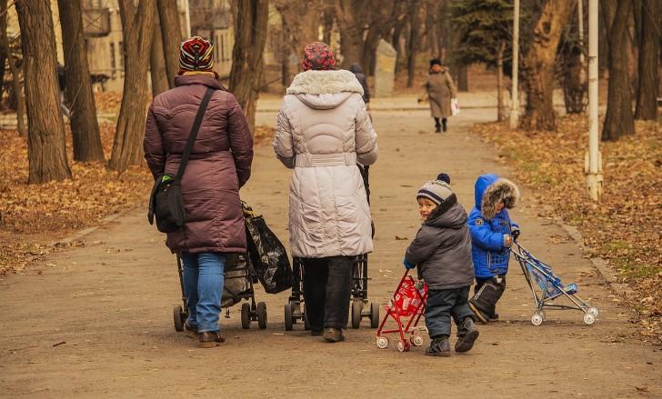 家族が歩いている写真