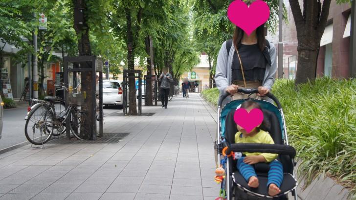 妻と子供が歩いているところ