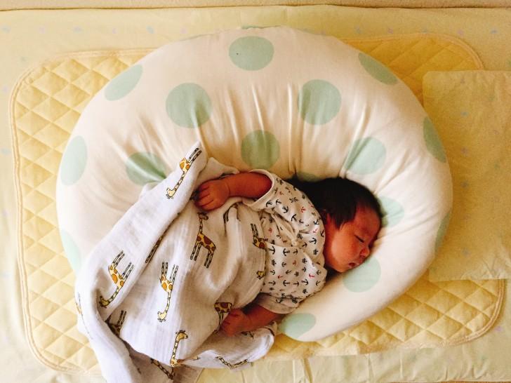 授乳クッションで寝る子供