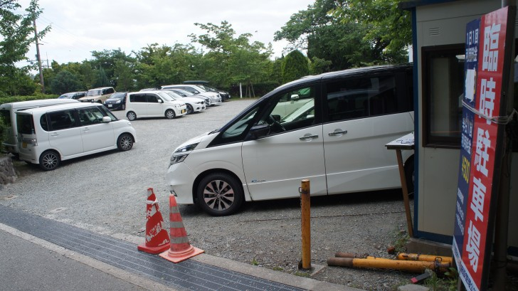 臨時駐車場に停めている車
