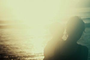女性と子供の背中