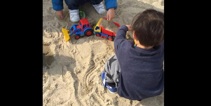 砂場で遊ぶニョロ助