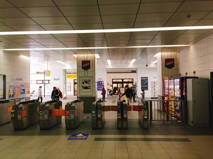 東花園駅の改札