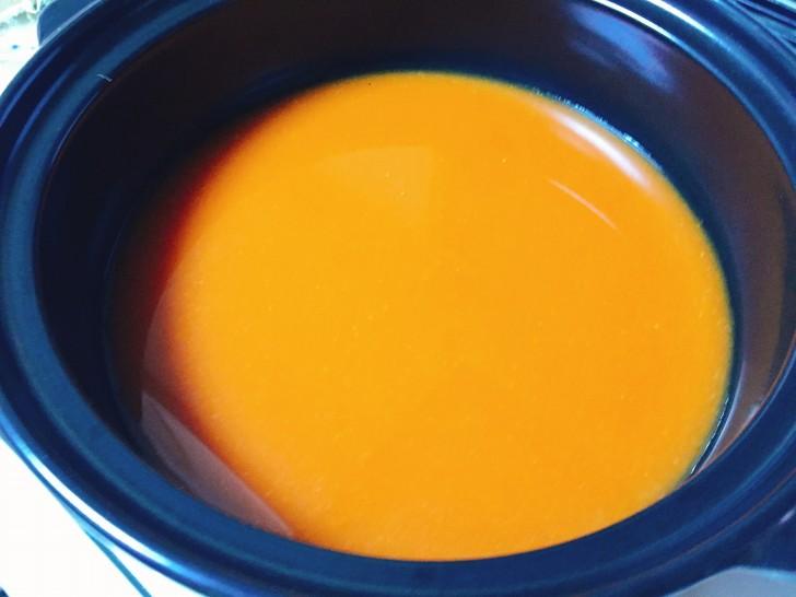 土鍋にスープを投入