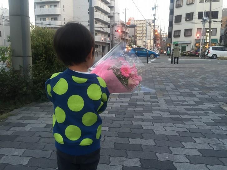 花束を持つニョロ助