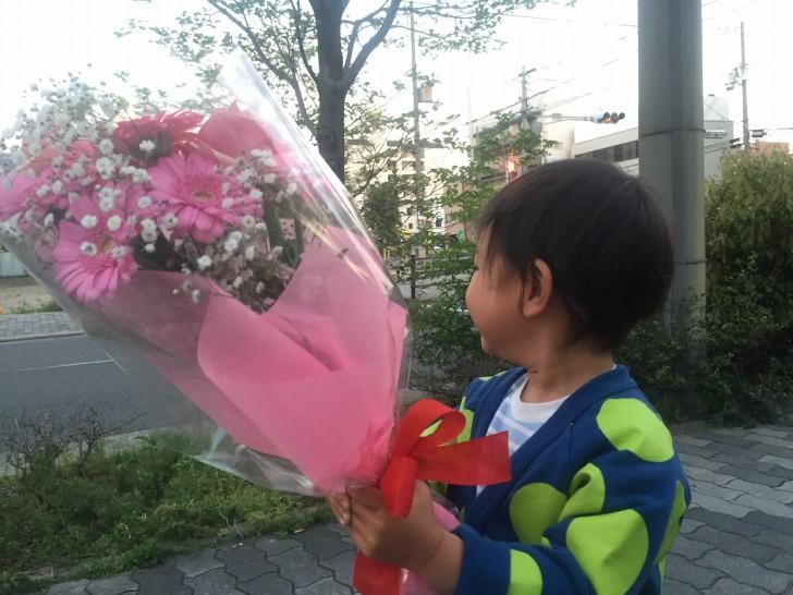 子どもと花束
