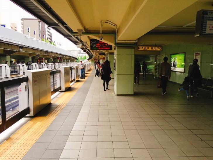緑地公園駅のホーム