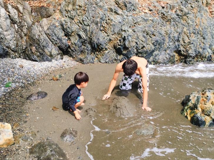 プライベートビーチで遊ぶ親子